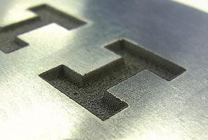 ファイバーレーザ加工機(機能向上ヘッド)|高品質マーキング